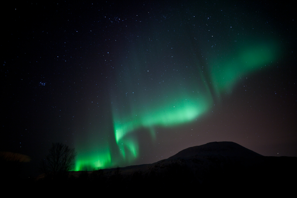This curtain aurora seems to sway gently in the sky. (Jamen Percy / Shutterstock).